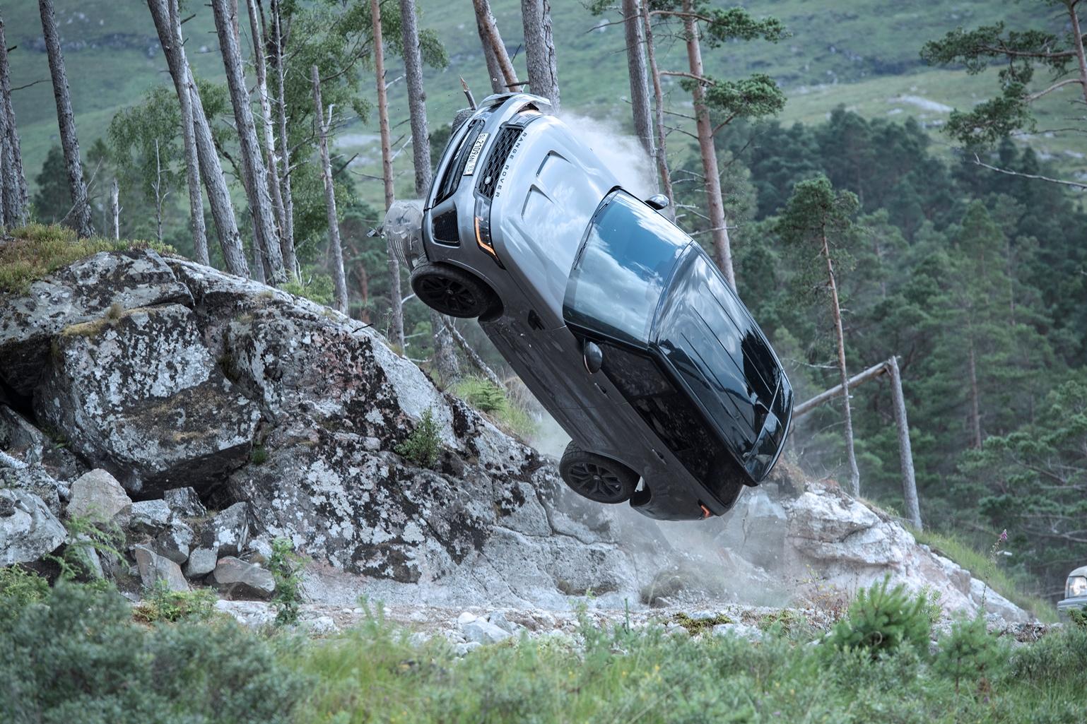 """La Range Rover Sport SVR si prepara all'impatto nel nuovo video girato """"dietro le quinte"""" dell'ultimo film di James Bond"""