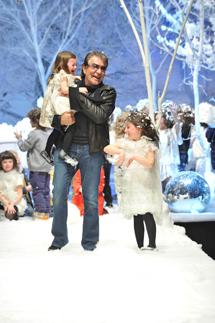 Roberto Cavalli in passerella alla fine della sfilata.. una bambina non sembra felice!