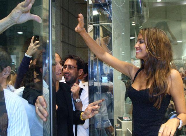 Irina Shayk saluta la folla di gente accorsa fuori dalla boutique Intimissimi