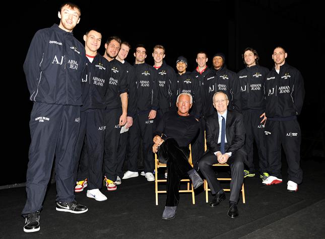 Giorgio Armani insieme all'Armani Jeans - Olimpia Milano allenata da Dan Peterson