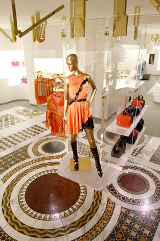 Boutique Versace a Parigi, Avenue Montaigne