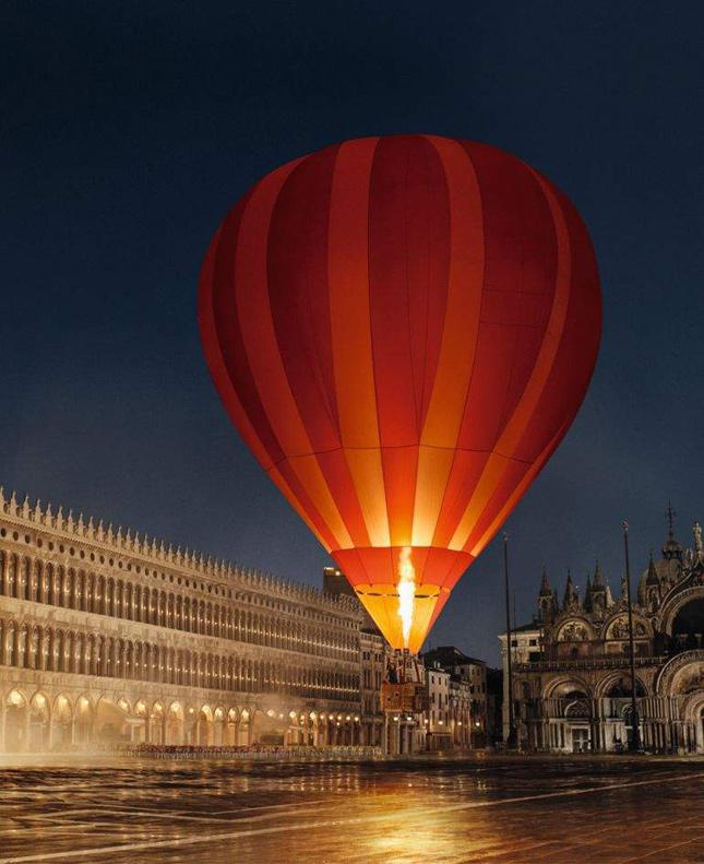 Louis Vuitton fa tappa a Venezia con Arizona Muse e David Bowie