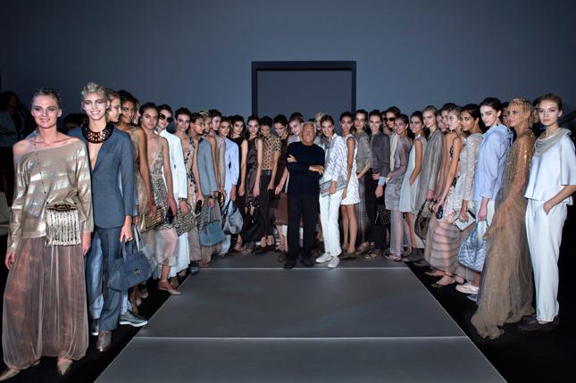 Giorgio Armani insieme alle modelle