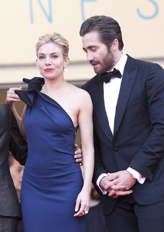 Sienna Miller con gioielli Atelier Swarovski accompagnata da Jake Gyllenhaal