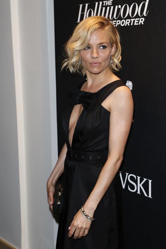 Sienna Miller con gioielli e clutch Atelier Swarovski