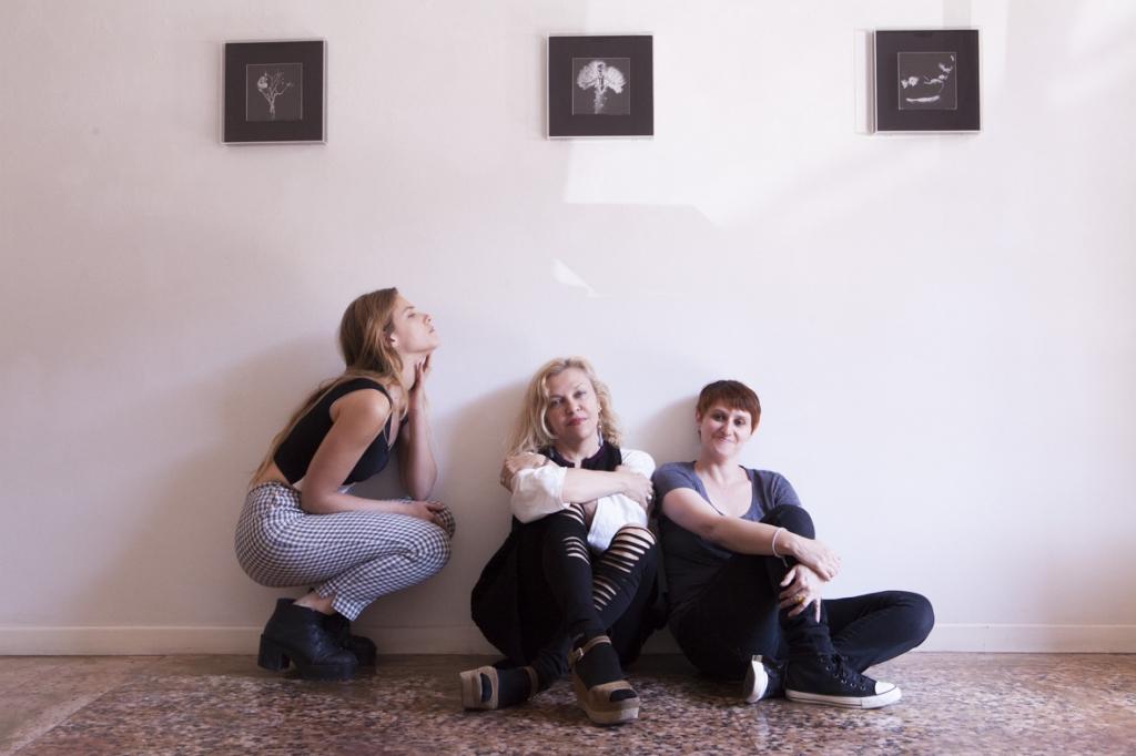 Tea Falco, la gallerista Silvia Agliotti e la curatrice Anna Dusi_allestimento della mostra 'l'effetto della causa'