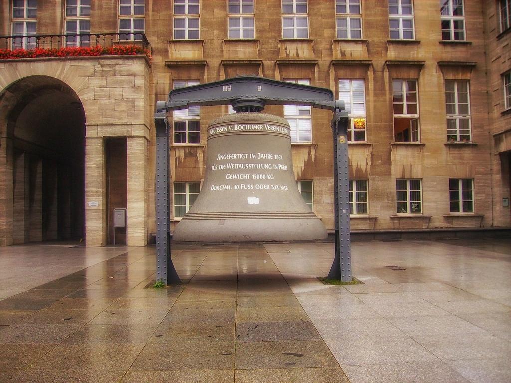 Campana grande vicino al Municipio di Bochum