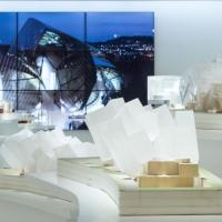 mostra presso Espace Louis Vuitton Venezia Fondation Louis Vuitton Building in Paris by Frank Gehry con intervento di Daniel Buren