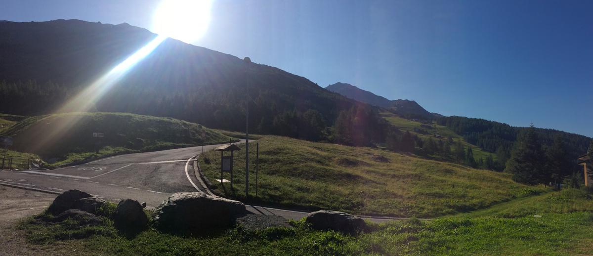 La partenza della strada per il Groppera. L'arrivo è lassù, più o meno dietro al sole
