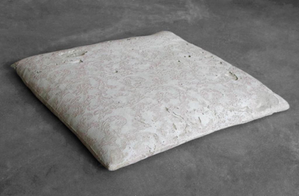 Cristina Treppo_cuscino, 2012, cemento, cm 3,5x38,5x37. Foto Cristina Treppo