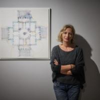 Maria Yvonne Pugliese con un'opera di Alberto Scodro. Credit Lorenzo Ceretta