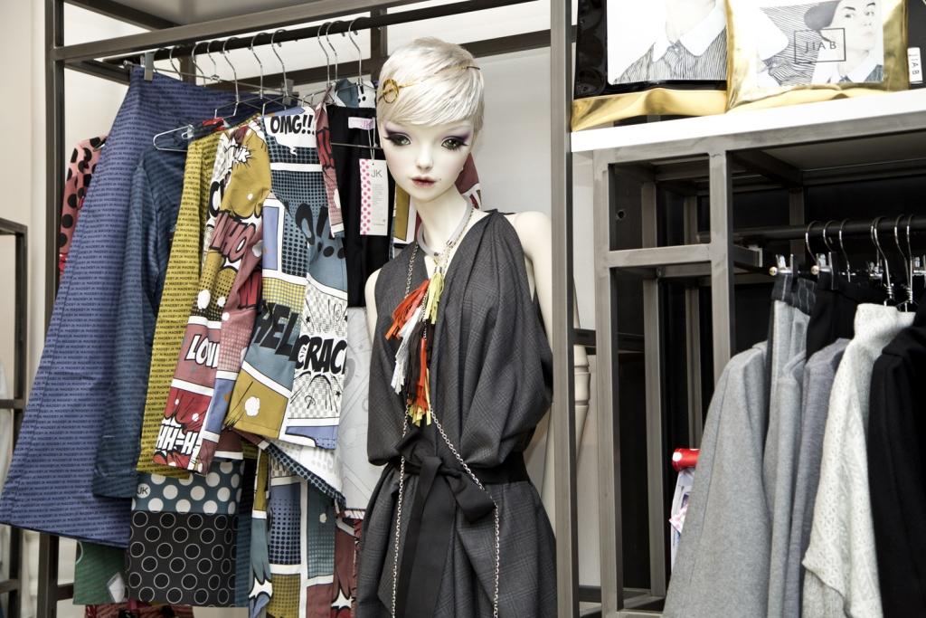 MAD Zone - concept store- sul manichino abito Filippo Grandulli - abiti comics di Joy Koumentakou - headband Dared - collana My golden cage