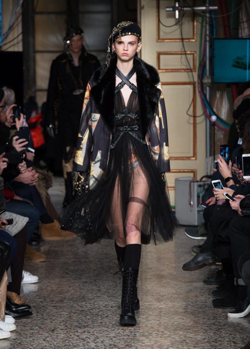 Moschino fall winter 2017 2018 sfilata milano fashion for Fashion week milano 2018