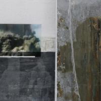Dania Zanotto I Pilastri della Creazione veste scultura realizzata con rete lana polvere di vetro metallo - foto su plexiglass