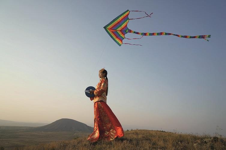 Li Wei, Sposa dai piedi di loto, 2015, video, DaTong,Cina (Courtesy Egg Gallery, Beijing)