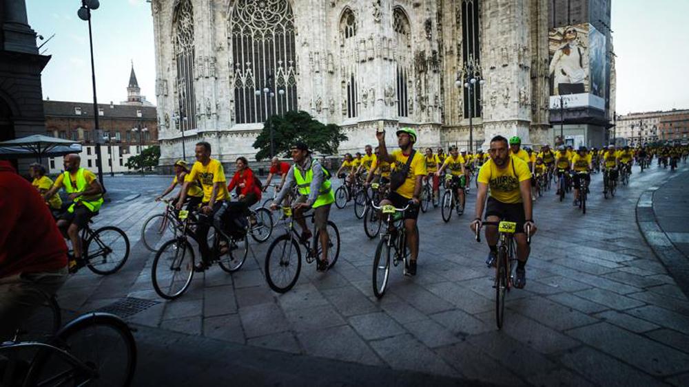 Il passaggio di SunriseBikeRide al Duomo di Milano nella prima edizione meneghina dell'anno scorso