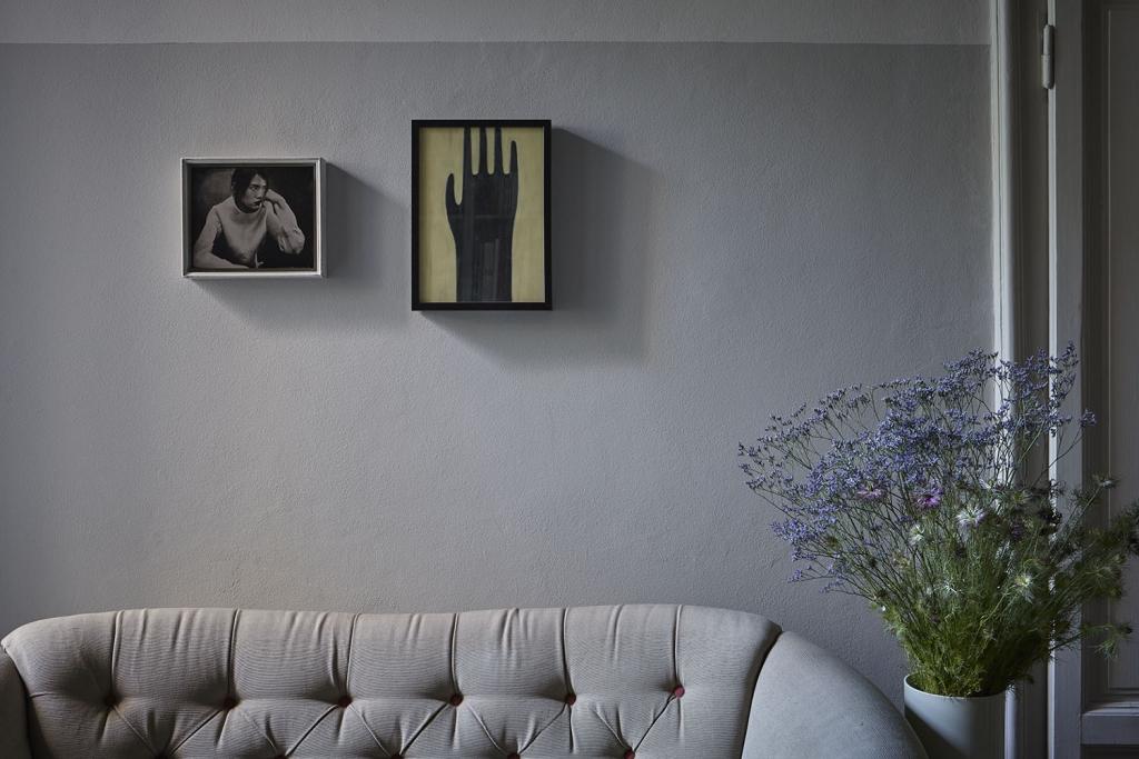 Dettaglio del divano anni '40. A parete foto al collodio di Carlo Furgeri e opera di Valeria Petrone.