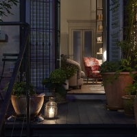 L'appartamento si apre sul terrazzo da cui si accede al giardino. Sulla sinistra coppia di seggioline da esterno in metallo verniciato. Collezione Bistro di Fermob.