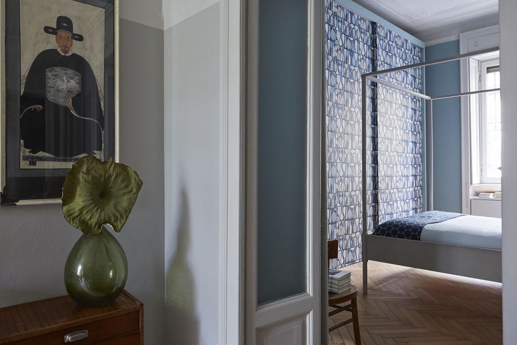 La camera matrimoniale è arricchita dallo splendido pattern a parete, disegno originale di Stig Lindberg recentemente rieditato da Borastapeter. Sul letto a baldacchino Ikea copriletto di lino e runner di Society.