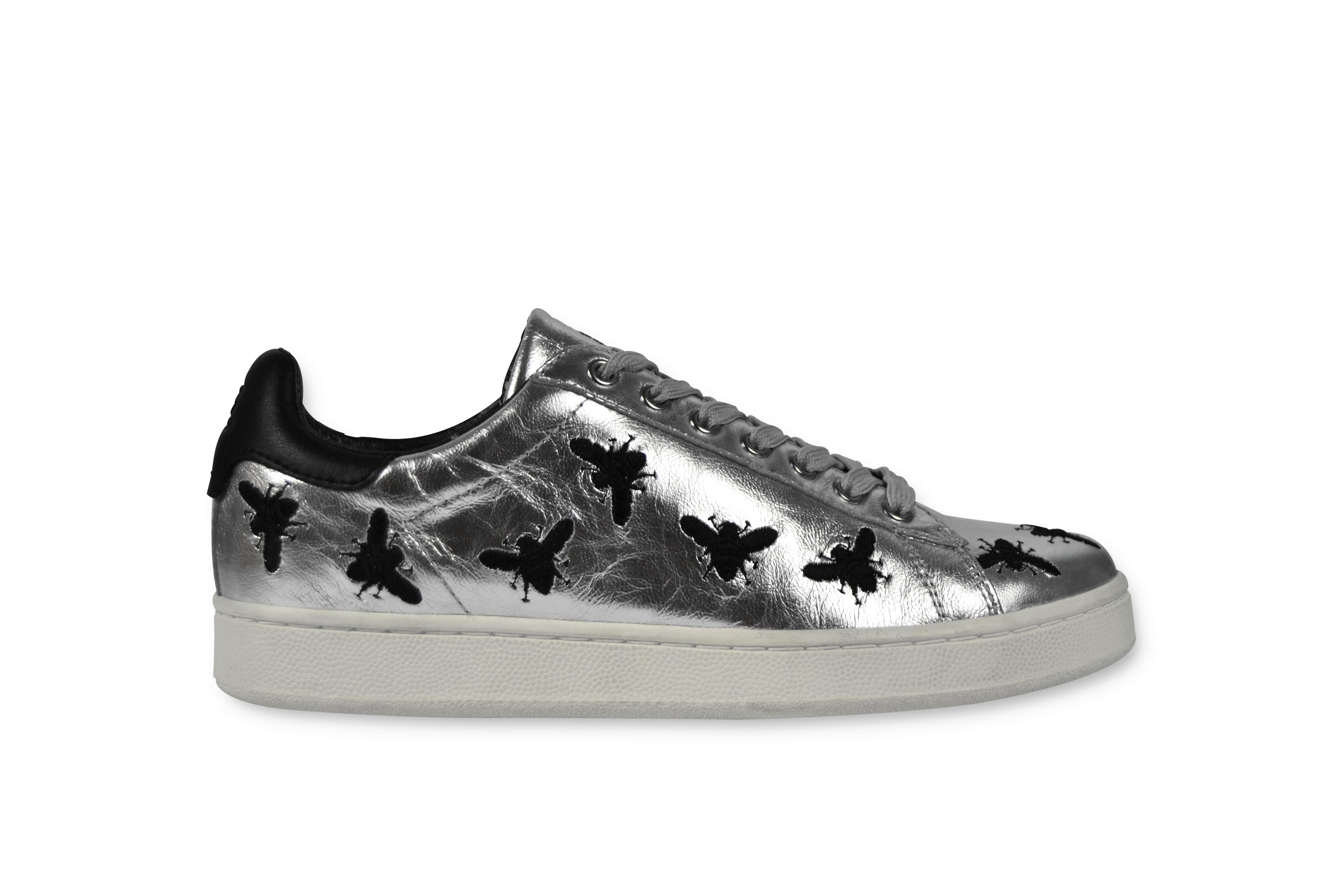 Oltre ai principali fashion retailer la sneaker della Bees Capsule  Collection di MOA Master of Arts è disponibile anche online su www.moa .concept.com d6c6a2d8c14