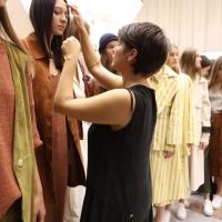 Linda Calugi - designer Twins Florence - nel backstage della sfilata