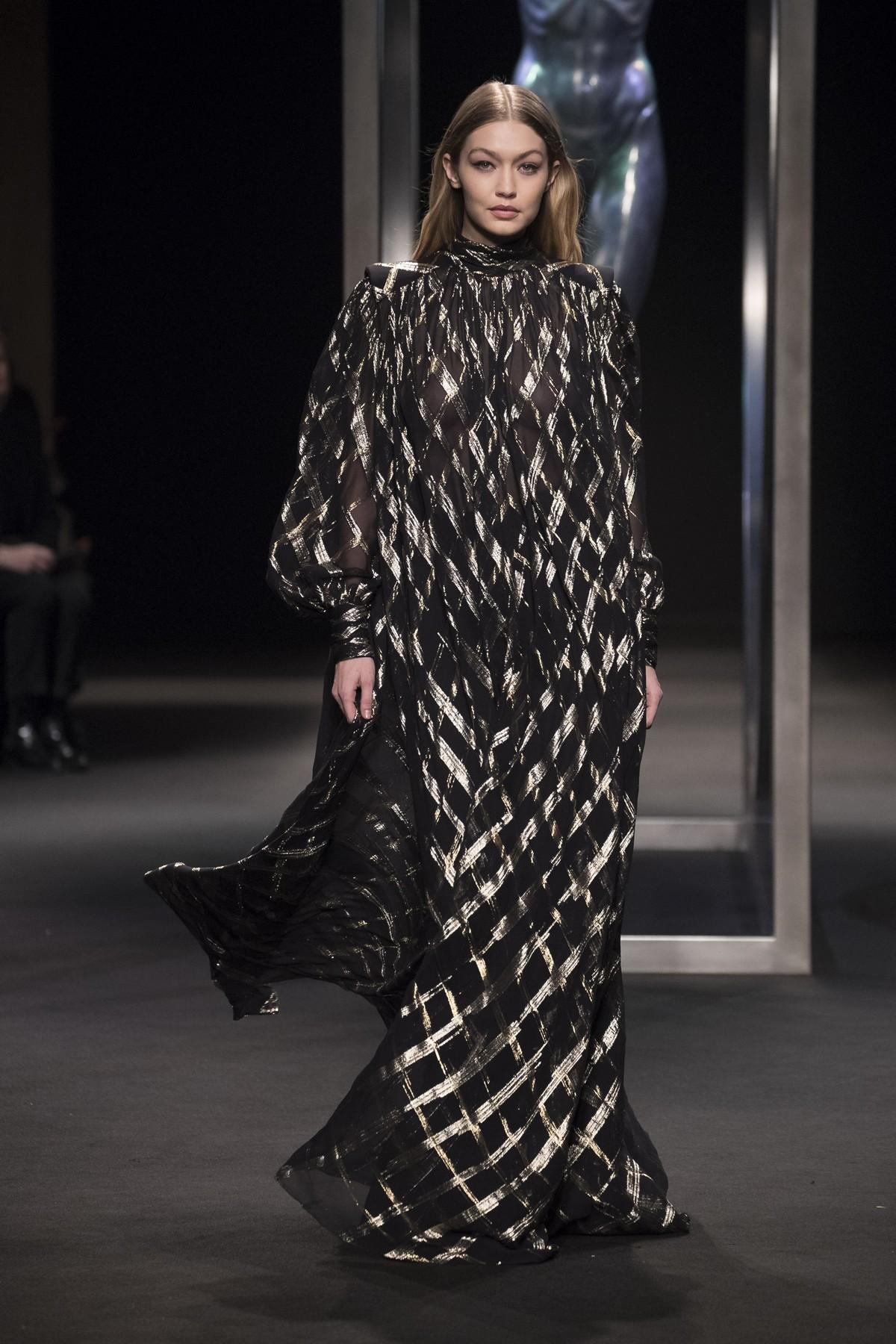 Ha sfilato sulle passerelle di Milano Moda Donna la nuova collezione  autunno inverno 2018 2019 di Alberta Ferretti che racconta un nuovo  daywear 33ca3eb7d6de