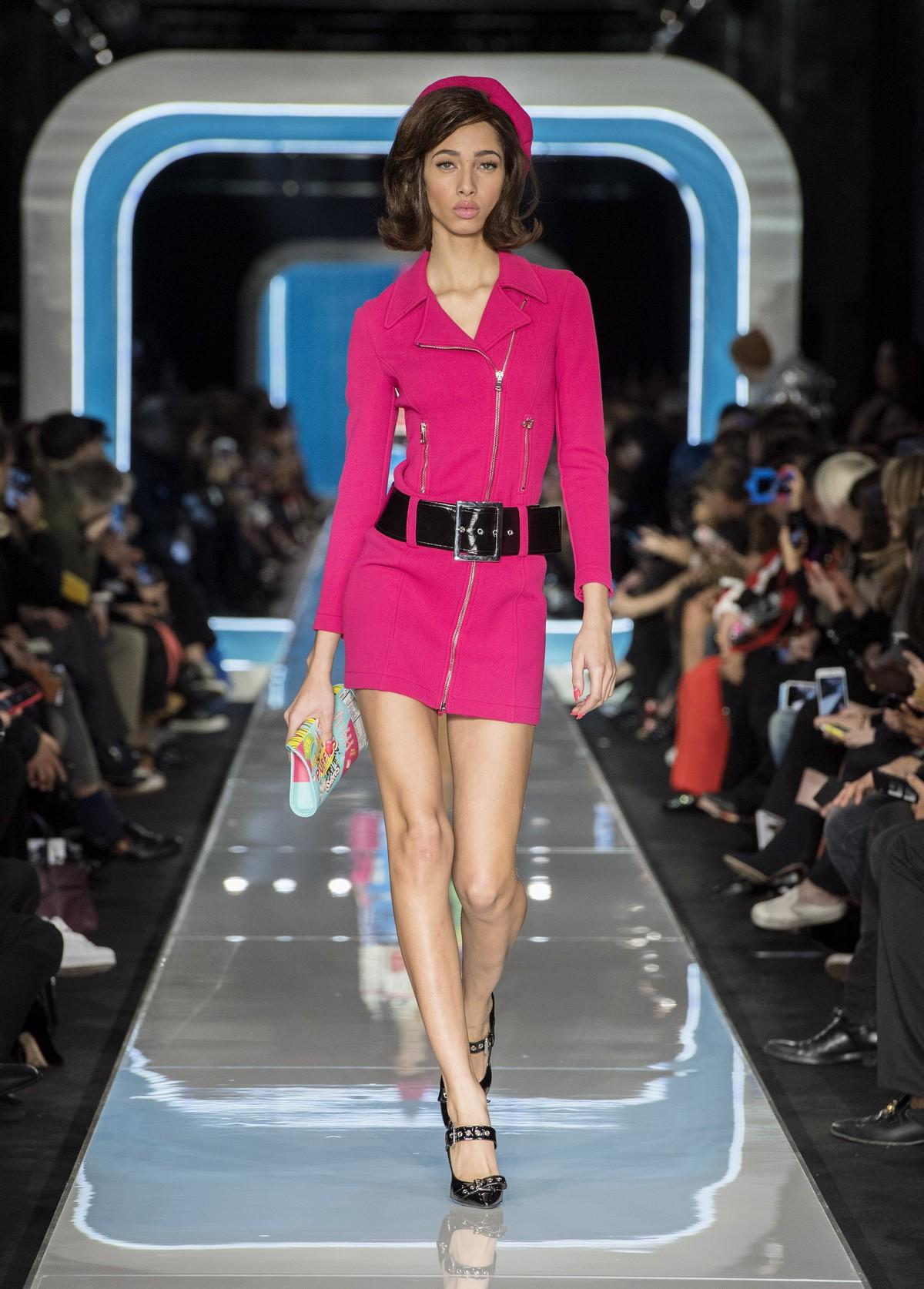 f6912e43e872 Moschino sfila in passerella a Milano Moda Donna con la collezione autunno  inverno 2018 2019