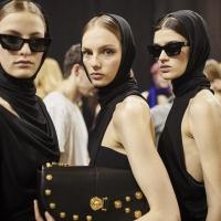 La sfilata femminile di Versace, gli abiti della collezione autunno inverno 2018 2019