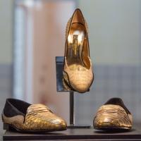 Scarpa Orchidea Nera Deluxe Brand in oro e Swarovski