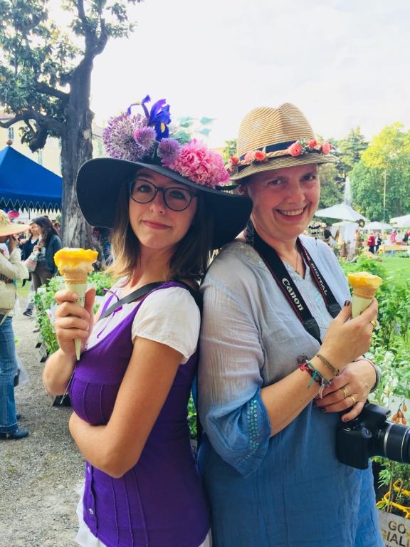 Cappelli e gelati, tutto rigorosamente in tinta
