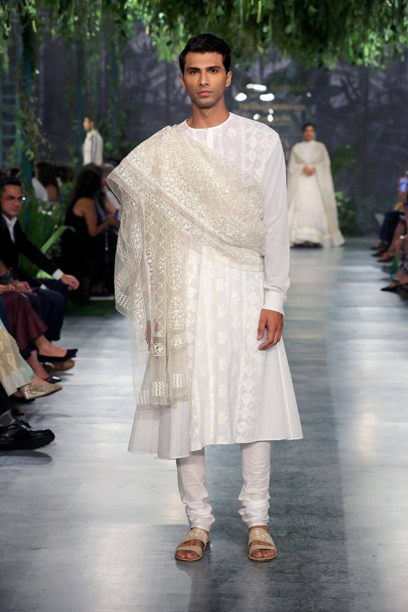 Rahul Mishra sfilata India Couture Week
