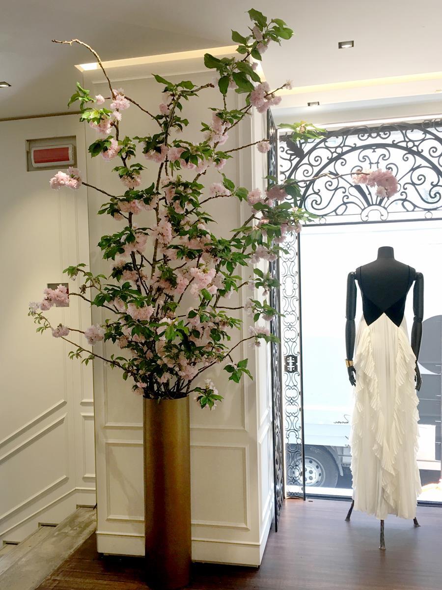 Rami di ciliegio giapponese per la boutique di Givenchy, Milano. Aprile 2018