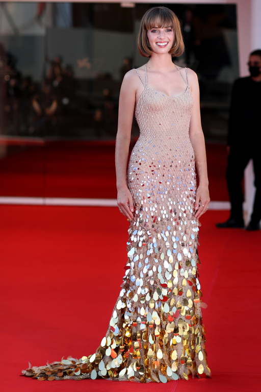 Maya Hawke in Versace (ph: Getty Images)