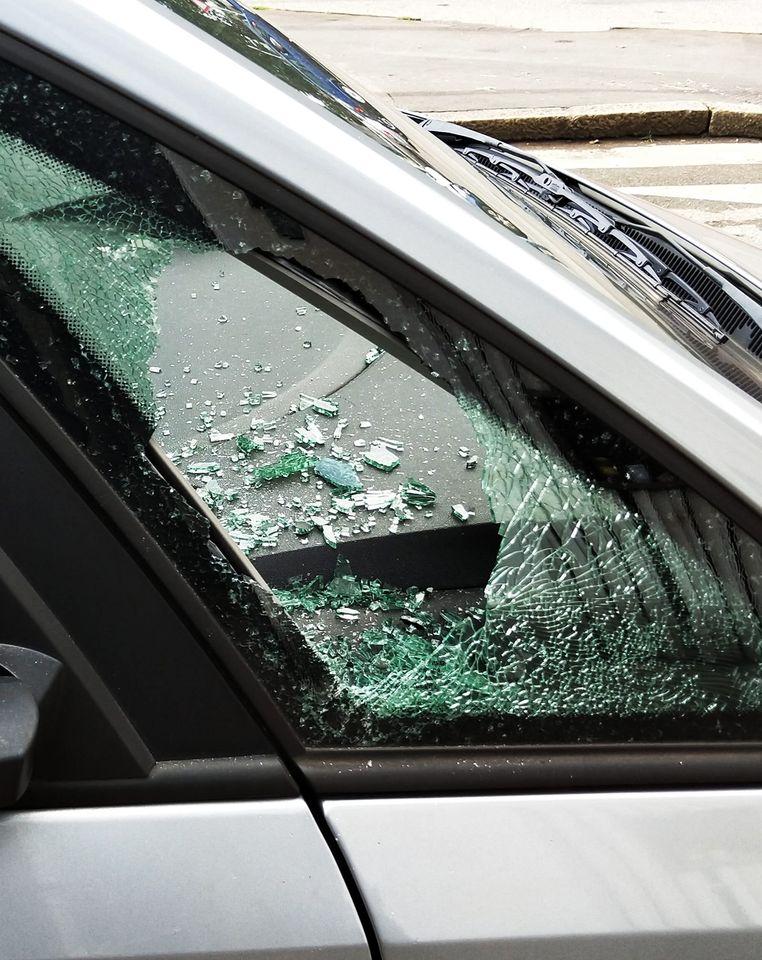 vetro macchina rotto dove riparlarlo